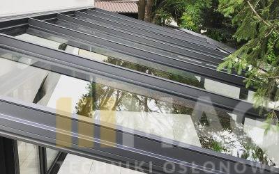 Pergola szklana VETRO pod drzewami (VIDEO)